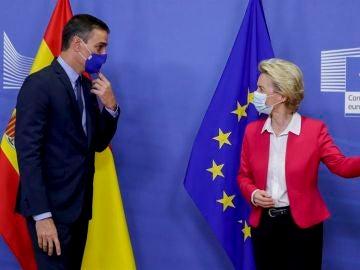 La presidenta de la Comisión Europea, Ursula von der Leyen, recibe a Pedro Sánchez el pasado julio.