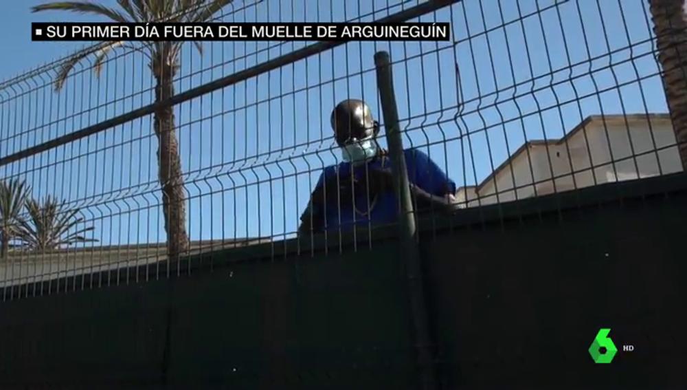 Más de 200 migrantes duermen bajo techo por primera vez en semanas: así ha sido su salida del muelle de Arguineguín