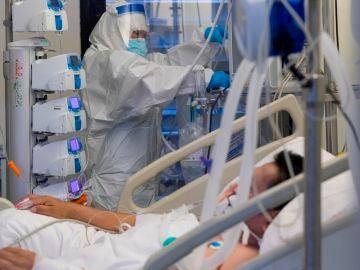 Una enfermera en una unidad de cuidados intensivos