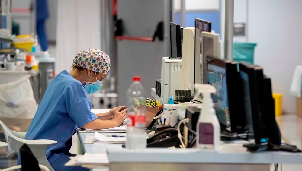 Una enfermera de la UCI en el Hospital Reina Sofía de Murcia.