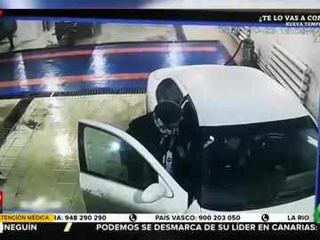 La brutal reacción de una mujer contra el trabajador de un lavado de coches tras estampar su vehículo