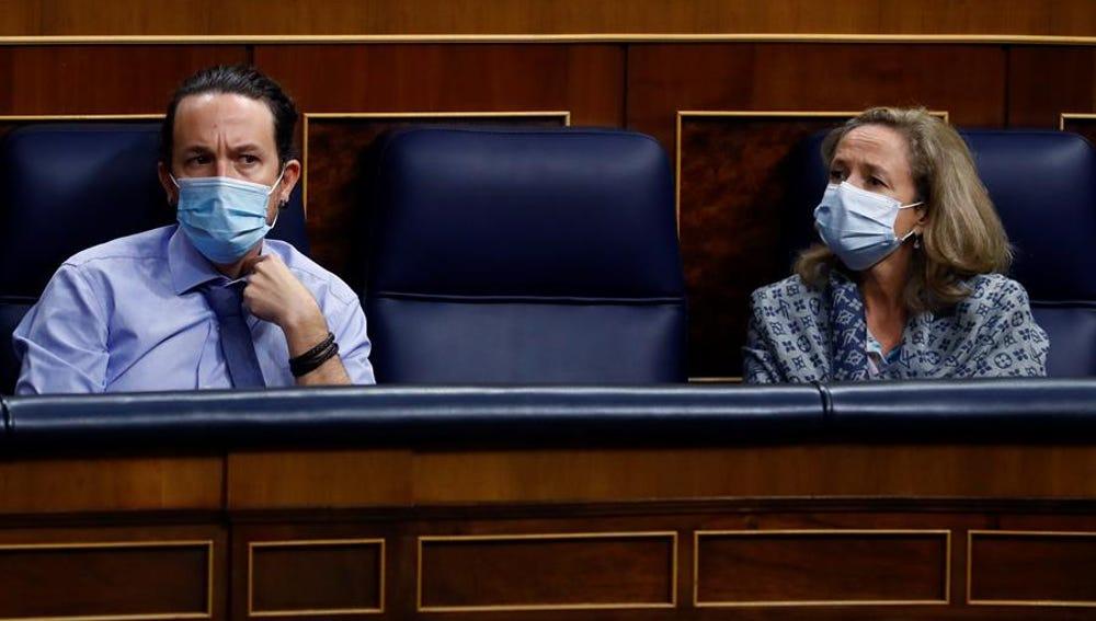 El vicepresidente segundo, Pablo Iglesias, y la vicepresidenta tercera, Nadia Calviño, en el pleno del Congreso