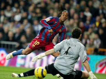 Ronaldinho bate a Casillas en una noche histórica de los 'Clásicos'