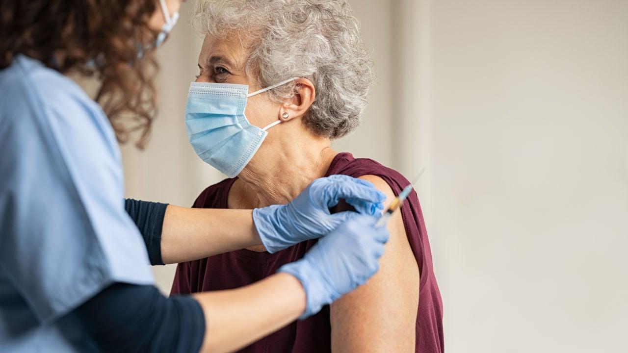 La vacuna covid de Oxford es segura y produce respuesta en personas mayores segun su ensayo en fase 2