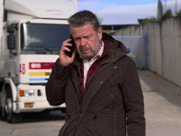 Alberto Chicote hablando por teléfono con la responsable de comunicación de Granier