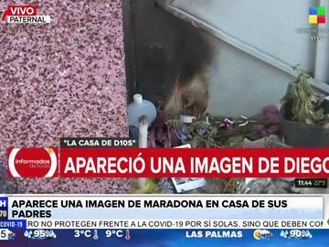 Aparece una imagen del rostro de Maradona en casa de los padres del astro argentino