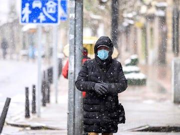 Este jueves un frente frío penetrará por Galicia y el Cantábrico, con lluvias que se irán trasladando hacia el resto del país acompañadas.