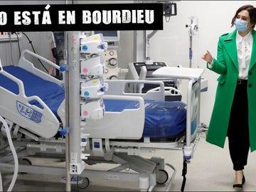 La presidenta madrileña pasea por las instalaciones del Hospital Isabel Zendal