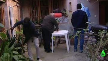 Josep, junto a dos de las personas que acoge en su casa