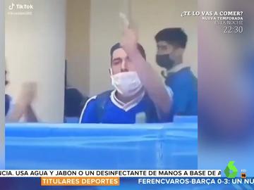Un joven lanza al féretro de Maradona una bolsita con un sospechoso polvo blanco