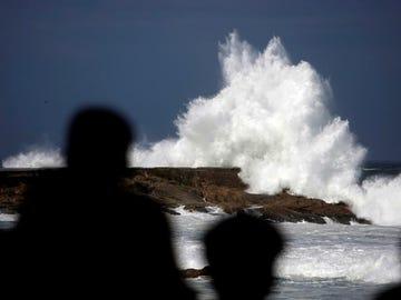 Una ola rompe contra el paseo marítimo de A Coruña
