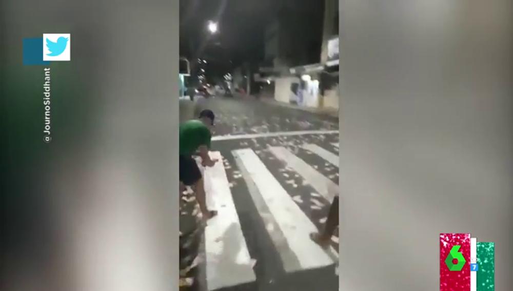 Lluvia de billetes: la 'táctica' de dos atracadores para generar una avalancha y huir de la policía en Brasil