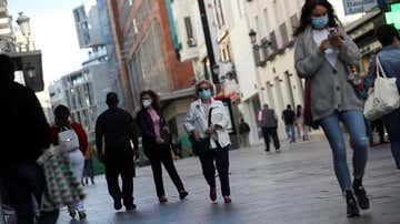 Ciudadanos pasean por la calle Preciados de Madrid