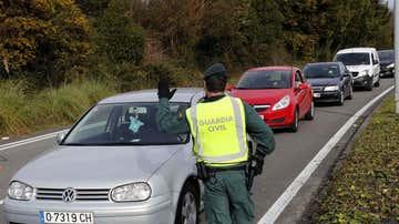 Vista de un control de la Guardia Civil este jueves a la entrada de Oviedo