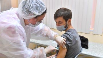 Un joven recibe la vacuna Sputnik V en Moscú