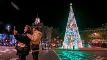 Unas mujeres se fotografían con el árbol de Navidad en la Plaza de Paraíso de Zaragoza