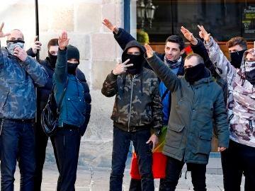 Saludos fascistas tras el acto de Vox en Barcelona