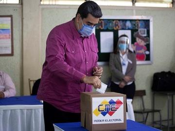 Nicolás Maduro acude a votar en las elecciones legislativas de Venezuela