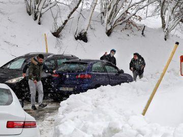 Vehículos atrapados por la nieve en Asturias