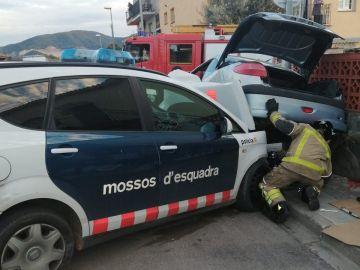 Detienen a un hombre tras conducir de forma temeraria y chocar contra un coche de los Mossos