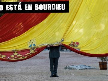 Un militar sostiene una bandera española