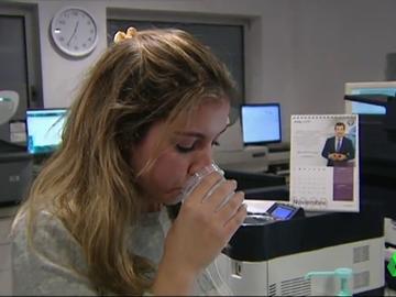 Una chica prueba el enjuague bucal que nos dice si somos positivos o no.
