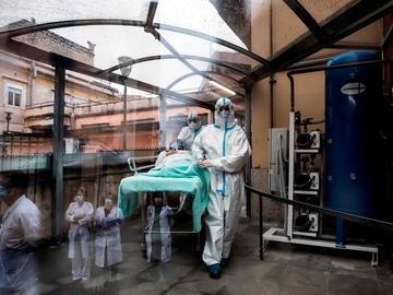 Sanitarios acompañan a una enferma de COVID