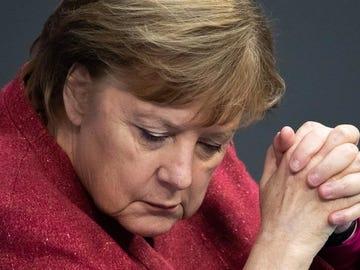 Angela Merkel se emociona durante un discurso en el Bundestag.