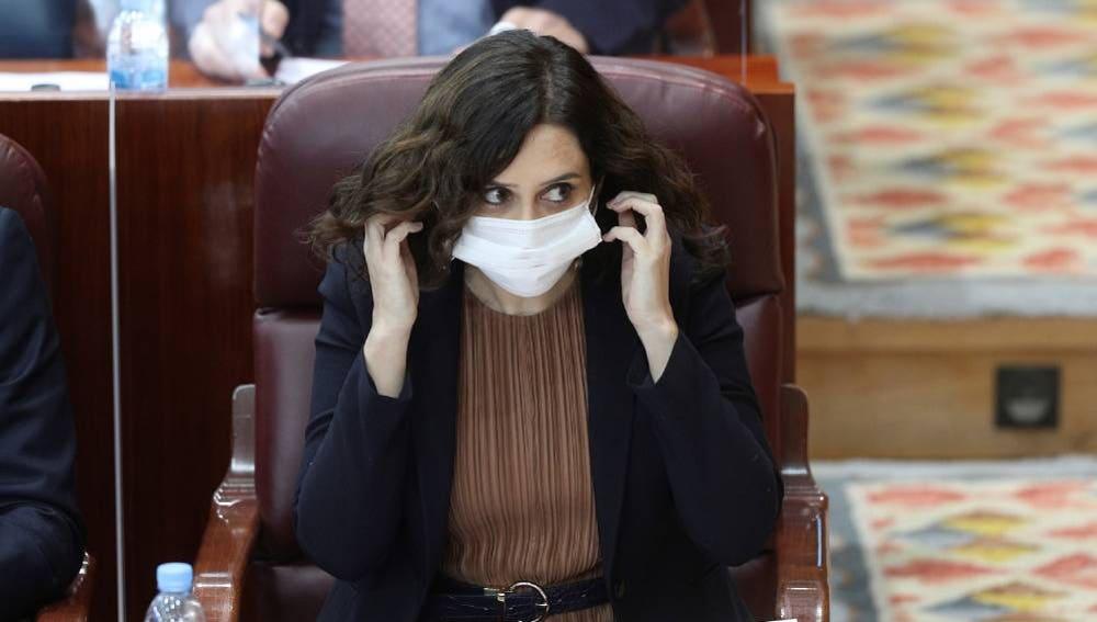 Isabel Díaz Ayuso, con la mascarilla durante una sesión en el Pleno madrileño.