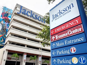 Una enfermera del Hospital Jackson Memorial de Miami (EE.UU.) fue dada de alta de este centro tras vencer una larga batalla al coronavirus durante nueve meses.