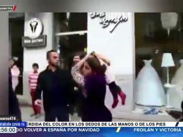 Una madre utiliza a su hijo de arma para golpear a un hombre en una pelea callejera