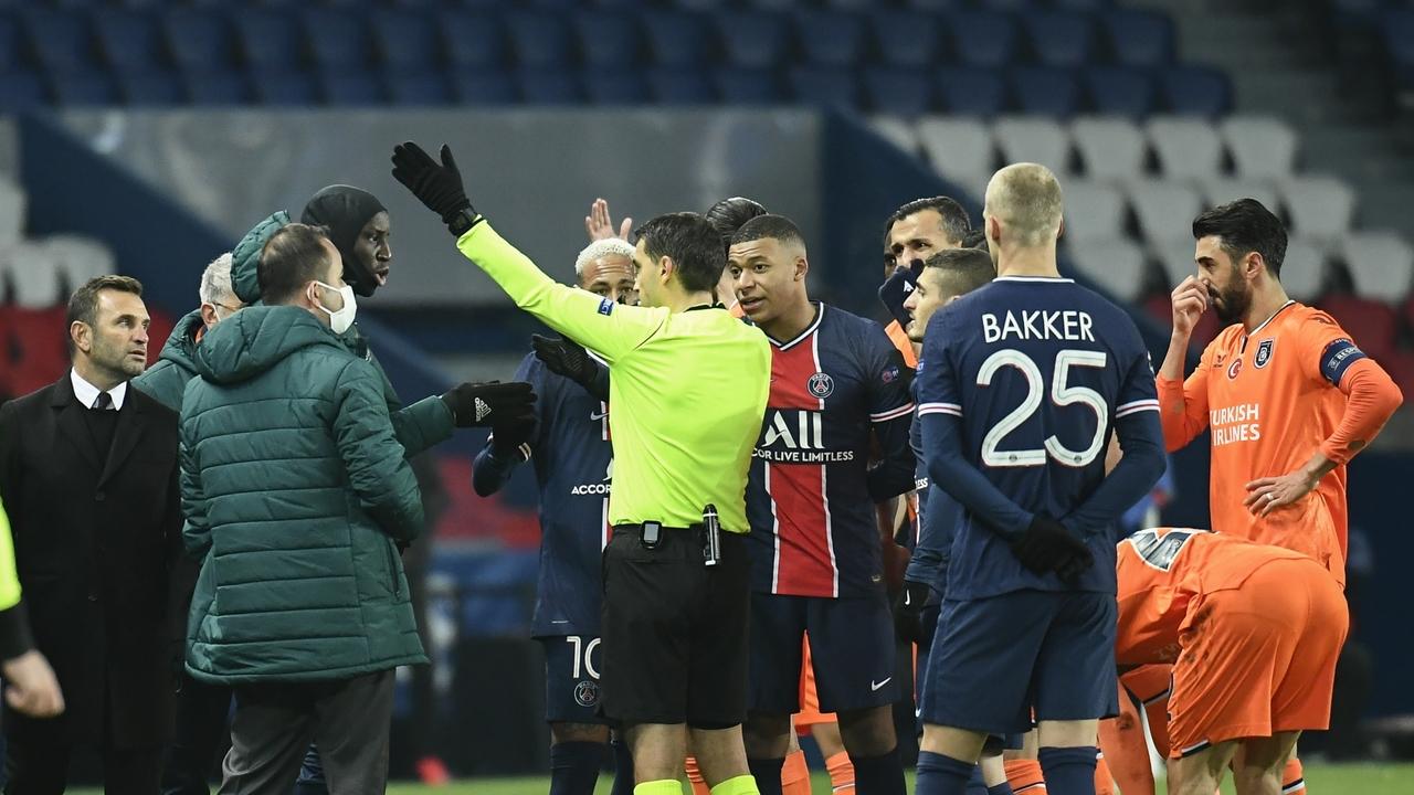 Discusión de los jugadores del PSG y del Istanbul contra los árbitros por un comentario racista