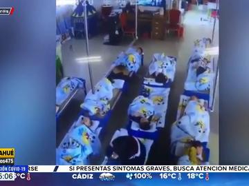 Graban a una profesora de infantil sentándose encima de una niña de cinco años que no se quería dormir la siesta