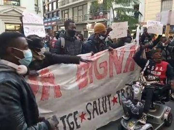 """Gritos de """"Albiol, racista"""" en una manifestación de supervivientes del incendio de la nave en Badalona"""