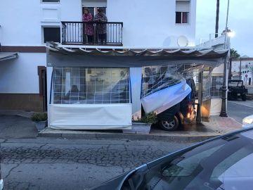 Furgoneta empotrada en una terraza de la localidad de Lepe (Huelva).