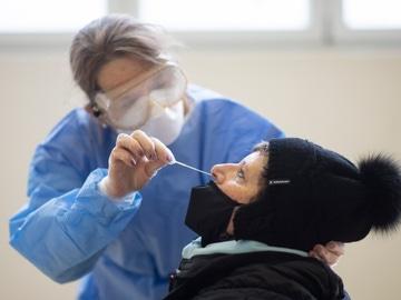 Una sanitaria le hace un test de coronavirus a una mujer