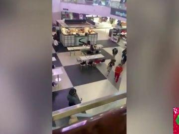 Las impactantes imágenes de una estampida en un centro comercial de EEUU después de que un hombre disparase su arma por error