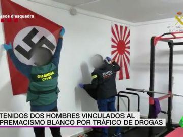 Detienen por tráfico de drogas a dos personas vinculadas al supremacismo blanco: en el registro hallaron armas blancas y simbología neonazi