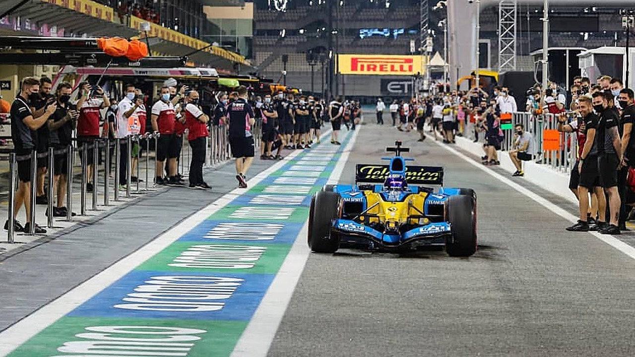 Fernando Alonso con el R25 ante la mirada del paddock que echa de menos los motores v10