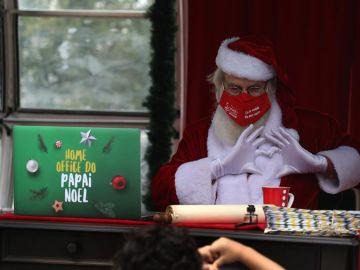 Papá Noel saluda a los niños en Río de Janeiro (Brasil)