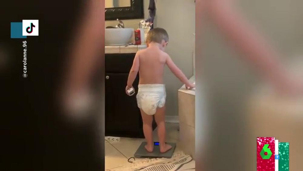 El disgusto viral de un niño cuando se sube a la báscula