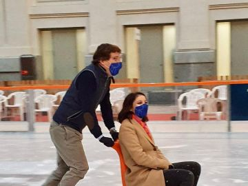 José Luis Martínez-Almeida y Andrea Levy patinando sobre hielo