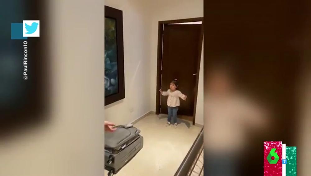 La reacción viral de una niña cuando le intentan dar un abrazo: