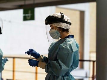 Personal sanitario realizando test del coronavirus