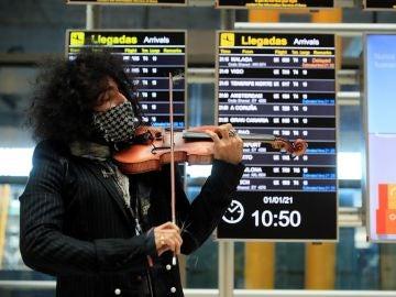 El violinista Ara Malikian sorprende con un concierto sorpresa en Barajas