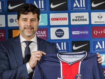 Pochettino posa con la camiseta del PSG