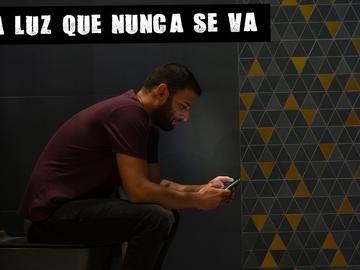 Un hombre con un teléfono móvil