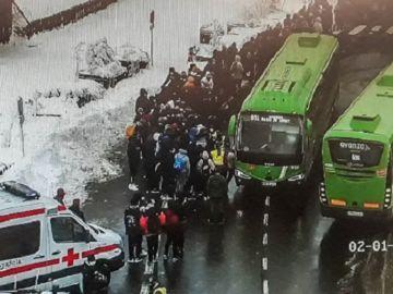 Imagen de la evacuación a 150 personas en el Puerto de Navacerrada