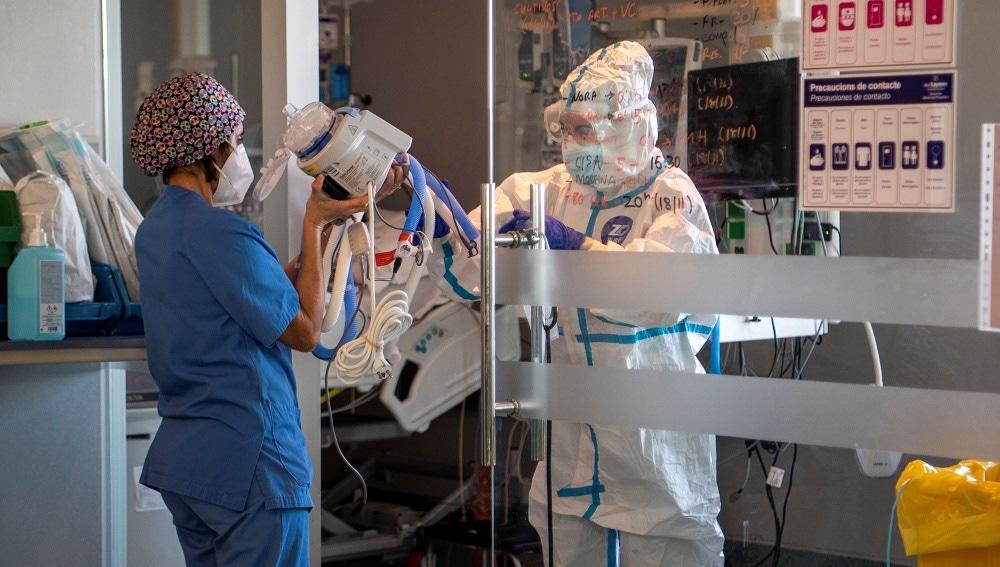 Preparativos para entubar a paciente del Hospital Son Espases de Palma de Mallorca