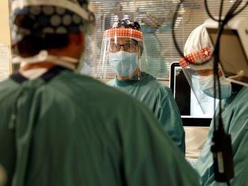 Varios profesionales sanitarios trabajan en la UCI del Hospital Vall d'Hebron de Barcelona